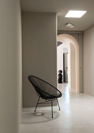 dans-le-couloir-un-fauteuil-design_5139425