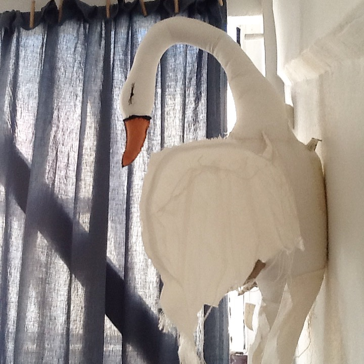 bedroom-swan-tamar-morgendorff
