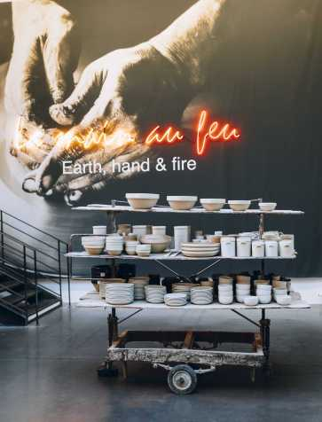 """""""La main au feu"""" Consacrée à la céramique, cette exposition réserve une bonne place à la poterie en grès des années 1950, conçue à La Borne dans le Berry. Un par un, pots, pichets, bols, cruches..., aux magnifiques émaux pyrités, ont été chinés par Daniel Rozenzstroch, directeur artistique de Merci, qui, fasciné par les objets d'usage de cette époque, nous fait découvrir leur histoire à travers sa passion."""