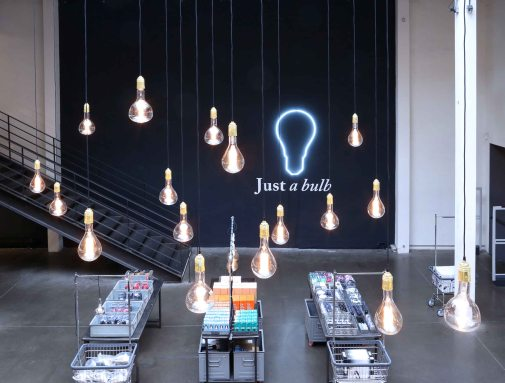 JUST A BULB A la naissance de la lumière électrique, une ampoule simple suffisait à éclairer une pièce : Just a Bulb, juste une ampoule. L'essence même de la lumière, la plus simple expression de l'éclairage.... L'exposition Just a Bulb propose un large éventail de variations sur le thème de l'ampoule et tout ce qui l'entoure...