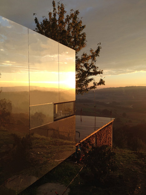 Transportable-mirrored-house_Delugan-Meissl-Associated-Architects-DMAA_dezeen_468_23